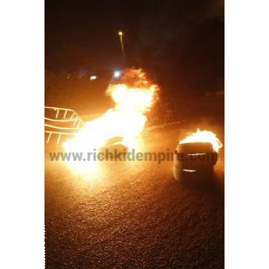 Tafo youths lights up fires,block and bars roads,and calls for justice against Ghana Police for allegedly killing a resident this Afternoon. Real Richkid Gh reporting