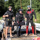 Niektórzy uczyli się nurkować z profesjonalnym sprzętem.