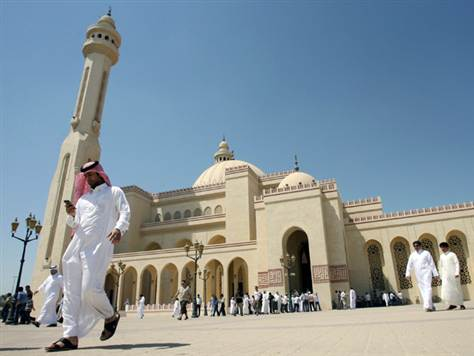 Bahrain - man with cell phone  at Grand Mosque (photo-msnbc.msn.com)
