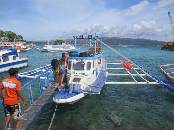 ボラカイ島に到着したバンカーボート