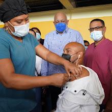 Miles se vacunan contra la Covid-19 en Santo Domingo Este   El Gobierno articula plan masivo de vacunación