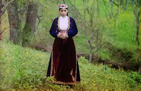 Армянка в национальном костюме позирует фотографу на холме недалеко от Артвина (сейчас принадлежит Турции) в 1910 году