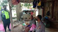 Sasar Jompo, Polsek Lemahabang Berbagi Sembako Jelang HUT Bhayangkara ke 74