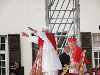 101 papa saluta giov.jpg