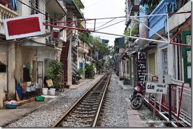 Hanoi. Curiosa calle con las vias del tren pasando el Museo de Historia Militar