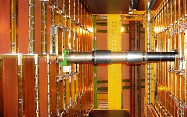 CERN: Υποατομικό σωματίδιο παρατηρήθηκε να εναλλάσσεται μεταξύ ύλης και αντιύλης