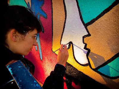 l'Aina Sallés pintant la paret