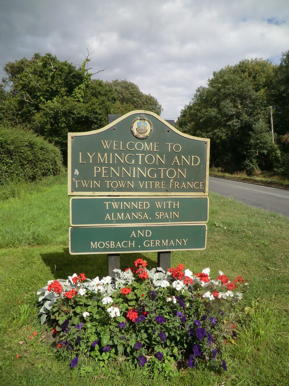CIMG4432 Lymington town sign on the A337