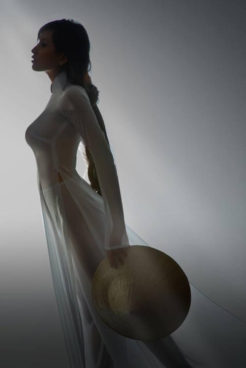 Mai Phương Thúy chụp ảnh ngực trần