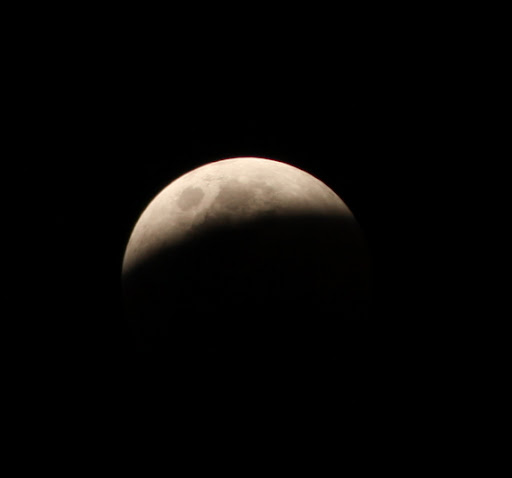 eclipse pic5%252520%2525281%252529 Pictures Of Lunar Eclipse From Around The World