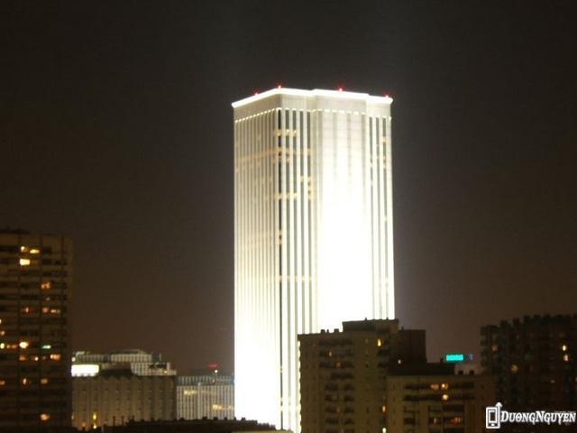 Về bất động sản, nhà sáng lập thương hiệu Zara sở hữu Tháp Torre Picasso, tòa nhà cao nhất Tây Ban Nha. Ông mua nó với giá 536 triệu USD.