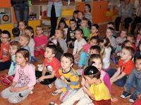 07 Az óvodások figyelik az előadást.jpg