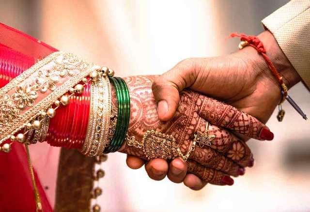 Intercaste Marriage   ಹಿಂದೂ ಯುವಕರ ಕೈ ಹಿಡಿದ ಮುಸ್ಲಿಂ ಯುವತಿಯರು: ಪೊಲೀಸ್ ಭದ್ರತೆಯಲ್ಲಿ ಶಾಸ್ತ್ರೋಕ್ತ ವಿವಾಹ