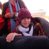 Azel et Isabelle survolent le désert en montgolfière