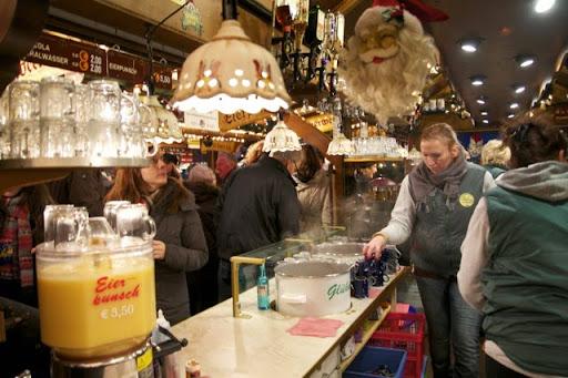 クリスマスマーケットの特設バー