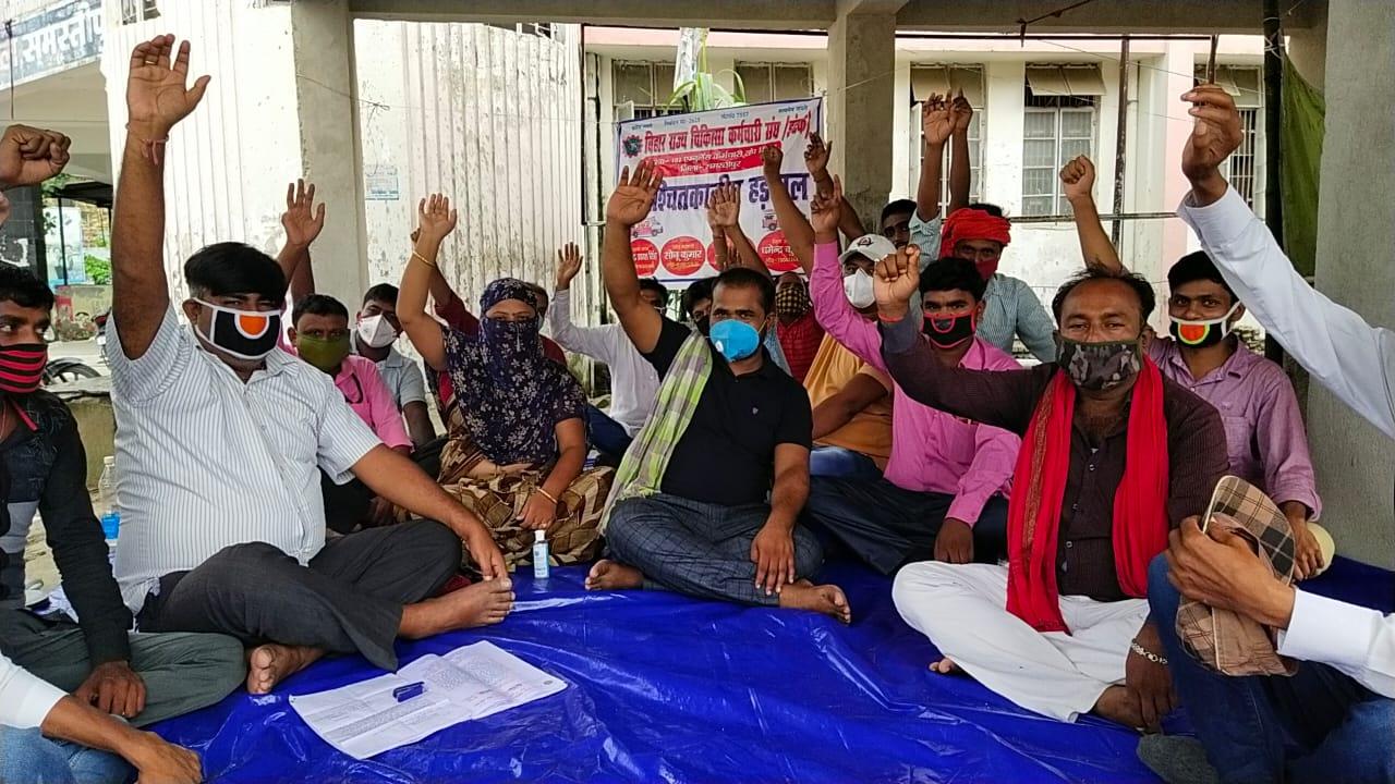 समस्तीपुर में 102 एम्बुलेंस कर्मचारियों का हड़ताल दूसरे दिन भी रहा जारी।