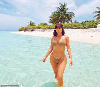 Kim Kardashian exibe corpo escultural na praia