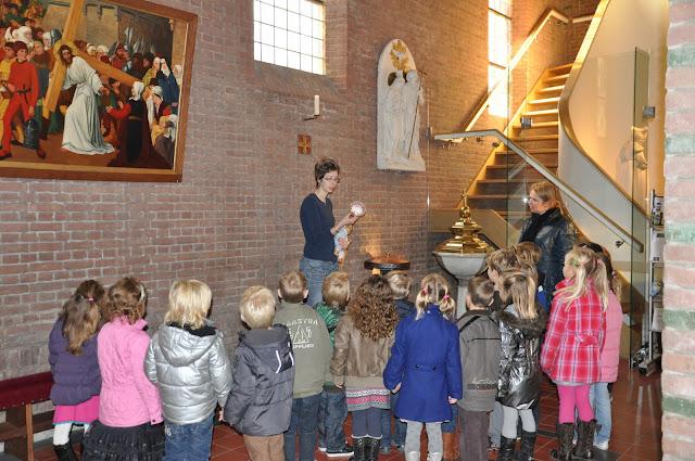 Kleuters bezoeken Martinuskerk - DSC_0013.JPG