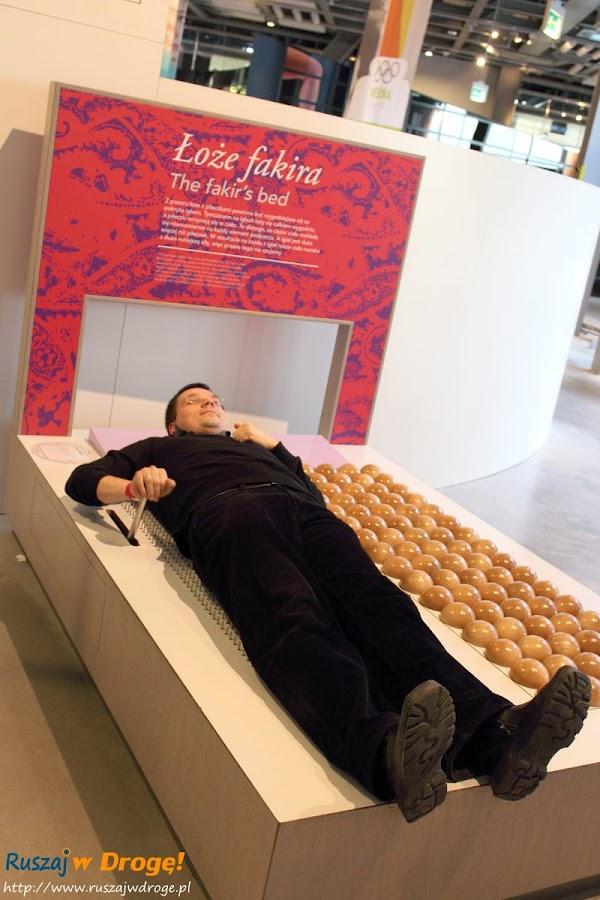 warszawa - centrum nauki kopernik - łóżko fakira