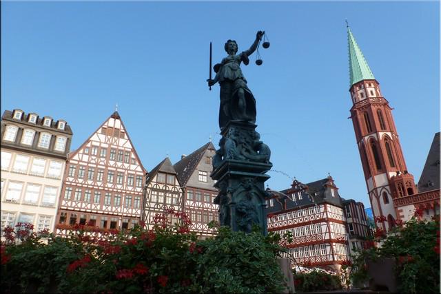 Fuente de la Justicia en Römerberg, al fondo Alte Nikolaikirche - Frankfurt am Main