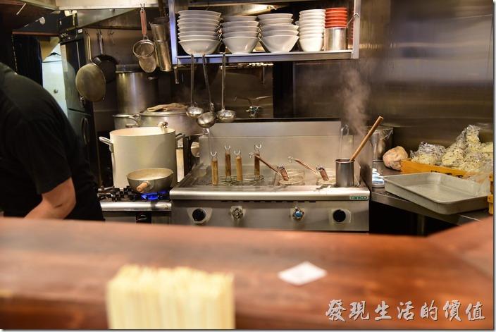 這【日本-玉五郎拉麵本町店】其實不大,就一個吧台,後面就是煮麵的廚房,客人可以坐在吧台看著廚師主拉麵及甩拉麵。