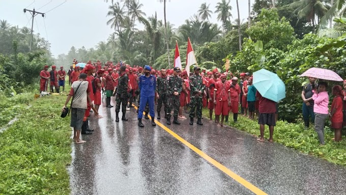 Satgas Yonif 734/Sns Pos 10 Tehoru bersama masyarakat bergotong royong  dalam rangka mempertahankan tradisi rumah adat  di negeri Hatu Kec Tehoru, Maluku Tengah