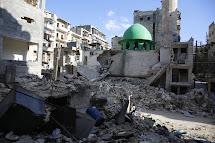 Aleppo je z velké části poničené ostřelováním a sudovými bombami. Lidé se ale snaží uprostřed války žít dál. (Foto: Bakri Azzin)