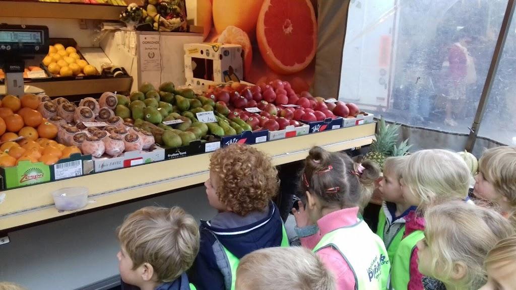De Kleuters maken zelf een fruit- en groentewinkel. - 13.jpg