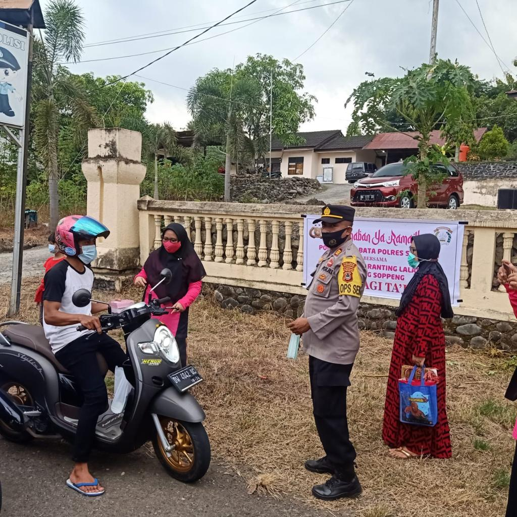 Polsek Lalabata Bersama Bhayangkari Bagi Takjil dan Masker Gratis