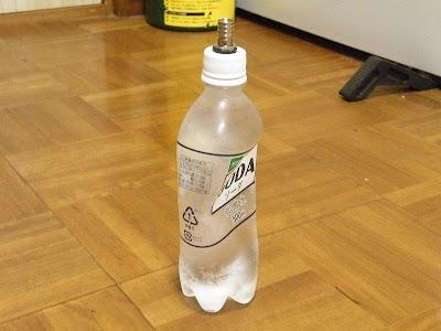 ペットボトルを押して空気を追い出してからキャップを閉める