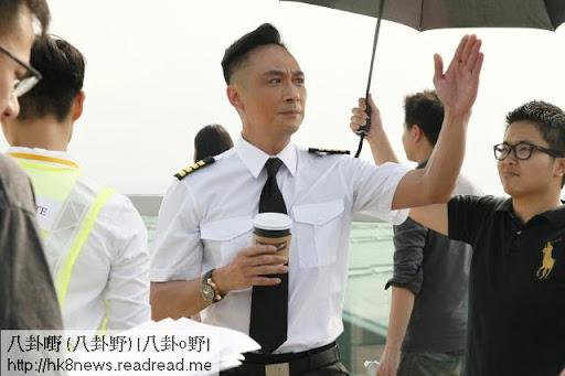 吳鎮宇今日拍《衝上II》外景,實在太曬,好彩有人遮一遮。