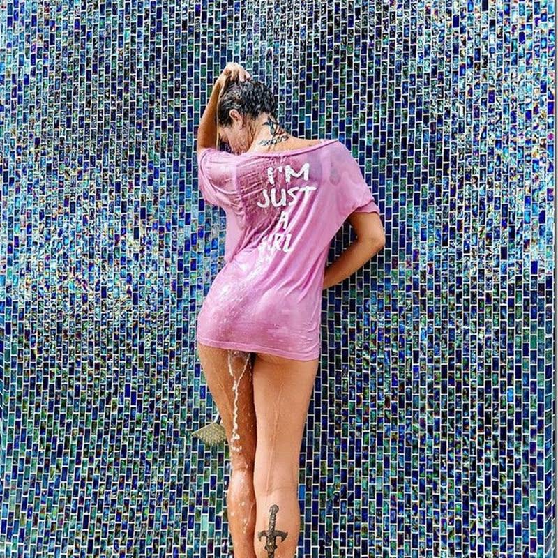 Luize Altenhofen posa usando camiseta molhada