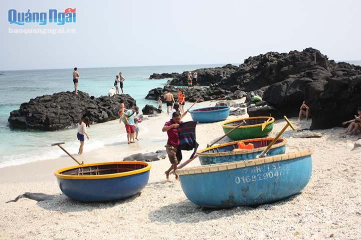 Dịch vụ du lịch thuyền thúng phát triển mạnh ở đảo Bé