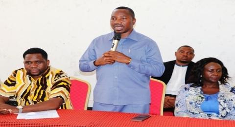 Mwalimu Akutwa Kitandani Akifanya Mapenzi na Wanafunzi Watatu