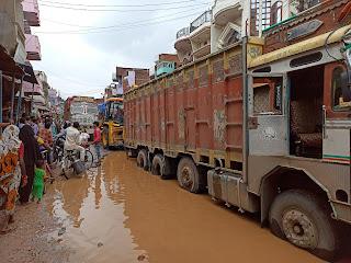 गौराबादशाहपुर : दूसरे दिन भी सड़क के गड्ढे में ट्रक फंसा, दिन भर लगा रहा भीषण जाम | #NayaSaberaNetwork