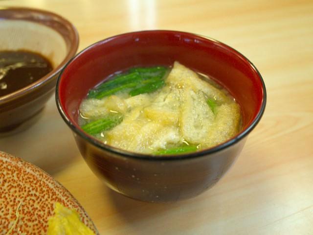 お揚げとホウレンソウ入りの味噌汁