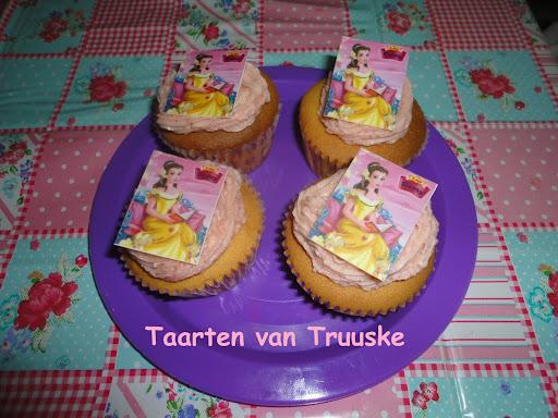 muffins met botercrem aardbeieen en een foto er op
