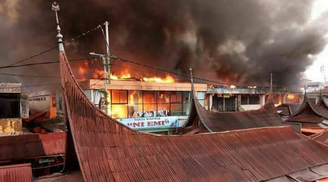 Kebakaran di pasar aeth dekat jam gadang