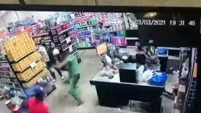 Cliente reage a assalto e operadora de caixa é baleada; Veja o vídeo