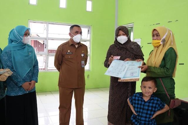 Rahmah Abdullah Serahkan 66 Keping KIA Secara Simbolis Di Kecamatan Indrapuri