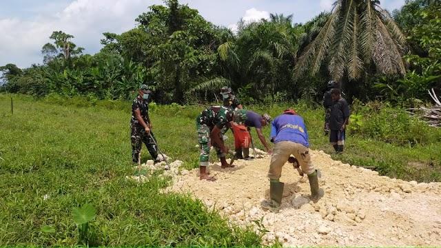 Sambut Minggu Damai Satgas Yonif 512/QY, Bantu Warga Buka Jalan Pemekaran Kampung Baru Di Perbatasan Papua.