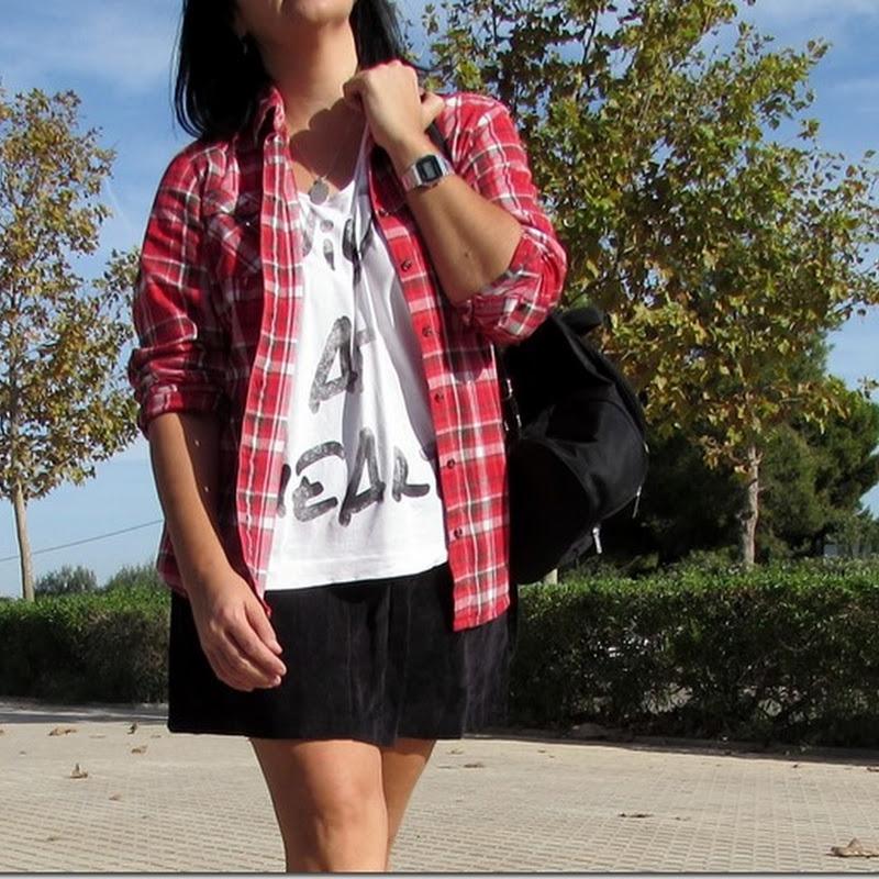 Falda negra y camisa de cuadros