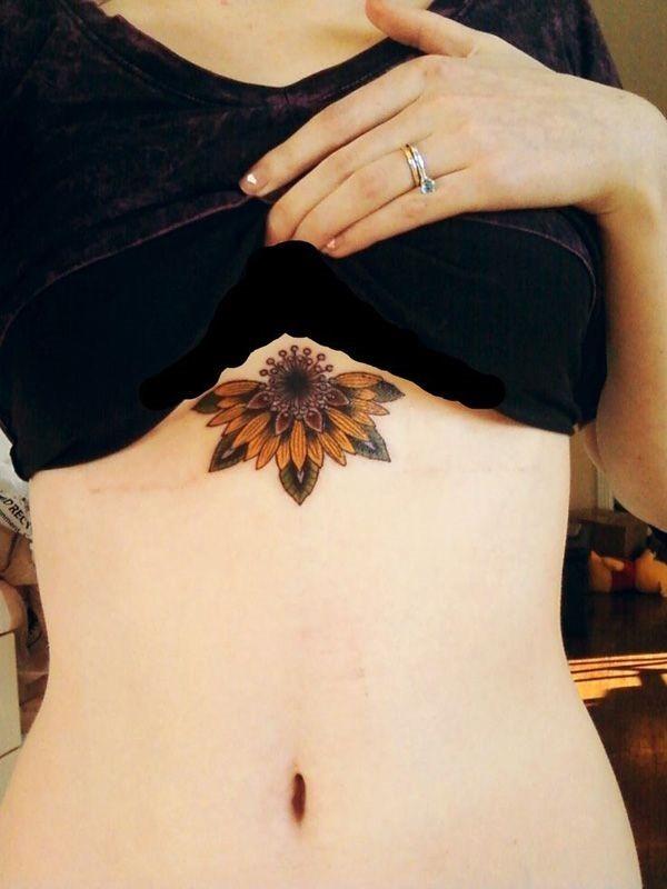 por_baixo_do_peito_tatuagem_de_girassol