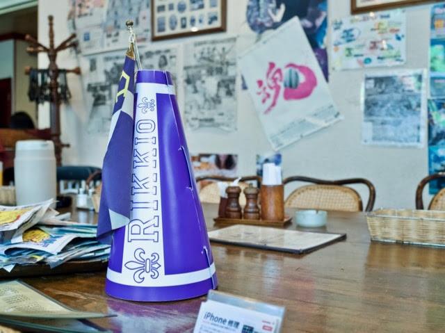 テーブルに置かれた立教大のメガホンと壁に貼られたスポーツ記事