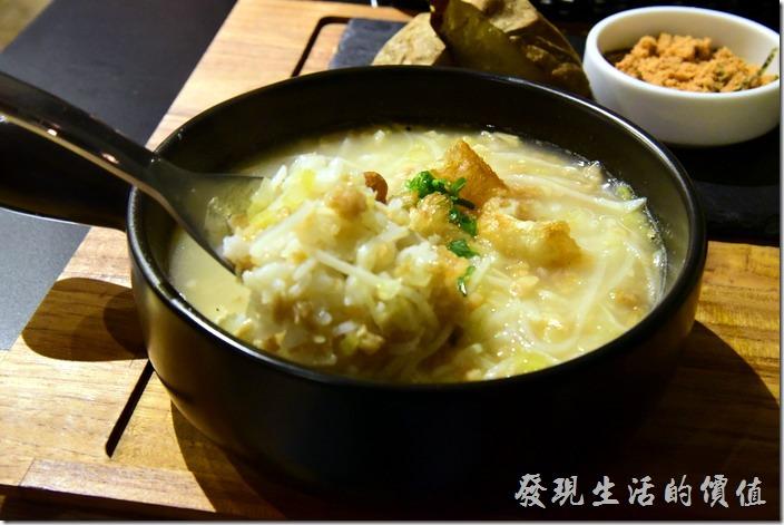 台南-日光徐徐。湯粥內的米粒倒是還粒粒分明,不是那種煮到都餬在一起的那種白米粥,還蠻符合台南人吃鹹粥的習慣。