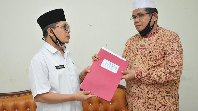 Syaifullah Serahkan Jabatan Pengurus Masjid Raya Sumbar ke Sobhan Lubis