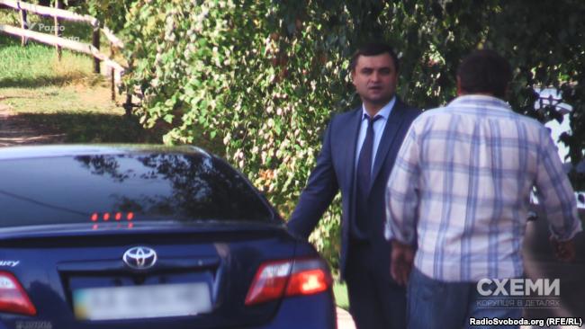 Службове авто прокуратури приїхало за Володимиром Гуцуляком до його зйомного будинку у Дмитрівці