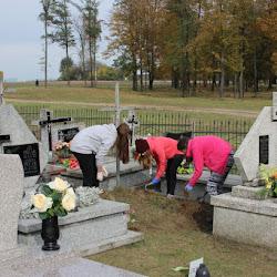 Koło Caritas - porządkowanie cmentarza