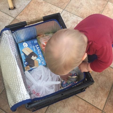 Kind hilft beim Ausräumen