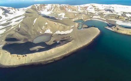 Ανταρκτική : το εγκαταλελειμμένο νησί με το πιο ενεργό ηφαίστειο και τις ιαματικές πηγές